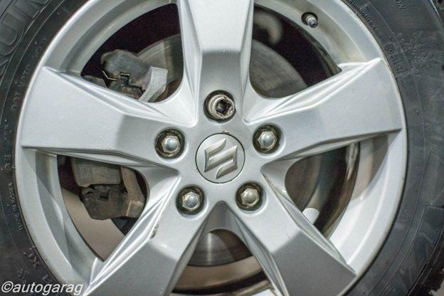 закрутить колесные гайки с использованием динамометрического ключа