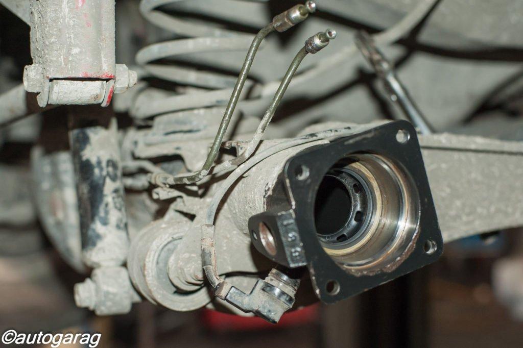 По завершению замены подшипника полуоси на Сузуки Джимни необходимо прокачать тормозную жидкость, отрегулировать стояночный тормоз и провести замену трансмиссионного масла в заднем мосту