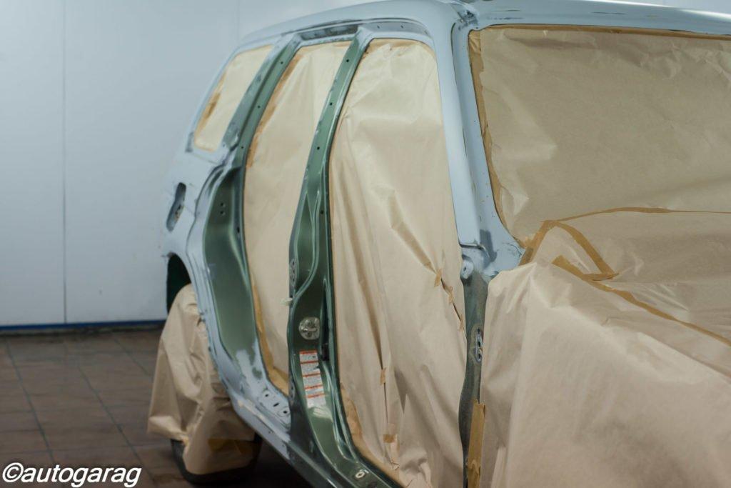 Покраска кузова автомобиля. Подготовка к покраске кузова автомобиля. Все детали, которые не должны быть окрашены аккуратно защищаются плёнкой.